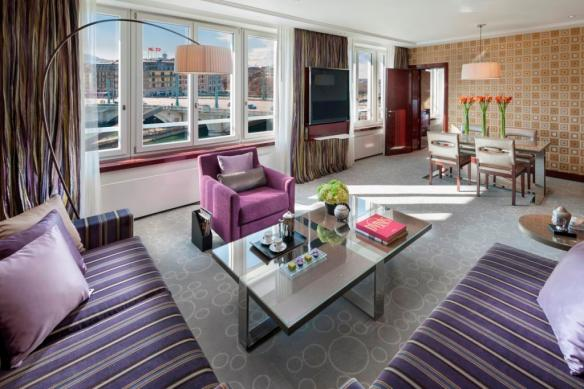 06 Deluxe Suite Living room 3